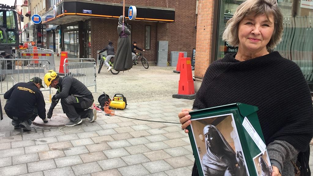 Sofia Bergman, konskonsult på Uddevalla kommun, håller i den brevlåda, där man kan lägga ned namnförslag i.