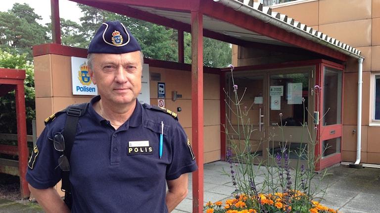 Polis står framför poliskontoret i Trollhättan