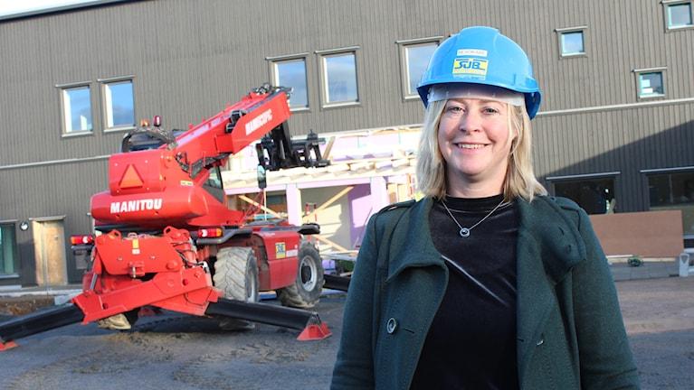 Susanne Kinhult förskolechef Dals-Ed står framför bygget av nya förskolan