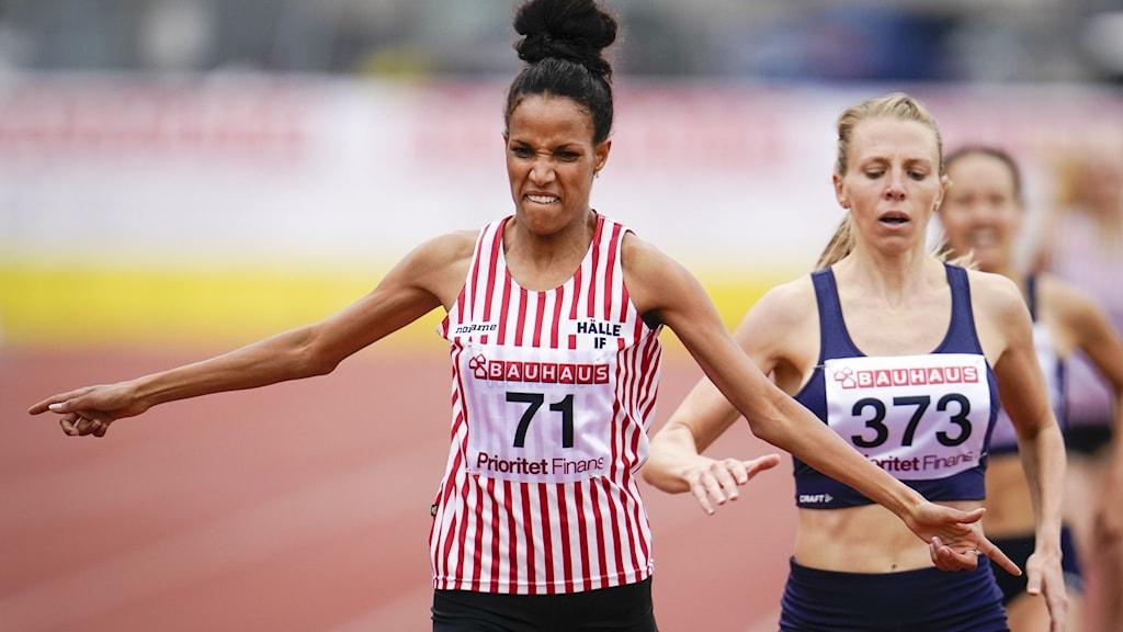 Meraf Bahta vinner på 1500 meter före Hanna Hermansson under lördagens SM-tävlingar på Ryavallen.