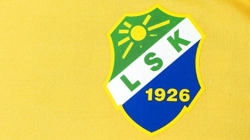 Bild på en gulsvart tröja med Ljungskile SK:s emblem. Foto: Pontus Lundahl/TT Bild