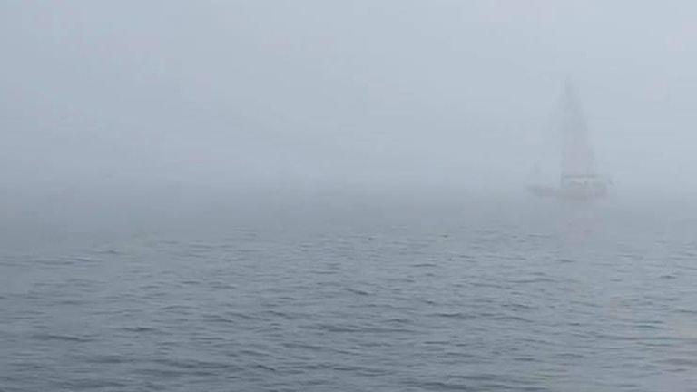 En segelbåt i dimma