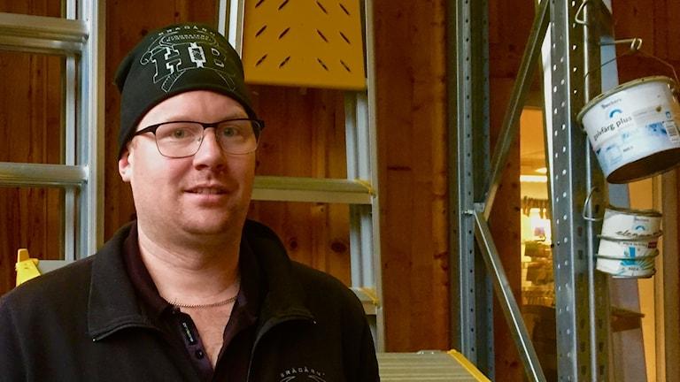 Det byggs nya hus i Högsäter vilket glädjer Stefan Dahl som säljer byggvaror.