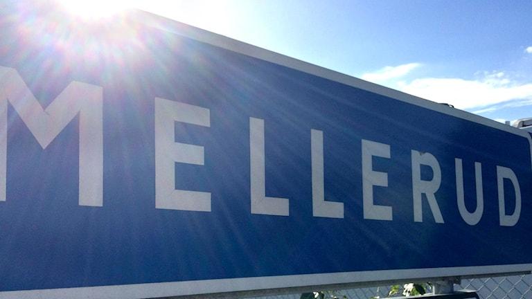 """Bild på vägskylt med texten """"Mellerud""""."""