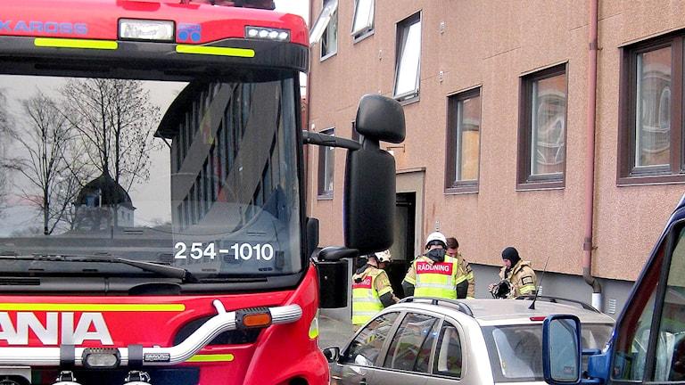 Räddningstjänst under utryckning på en brand i Uddevalla.