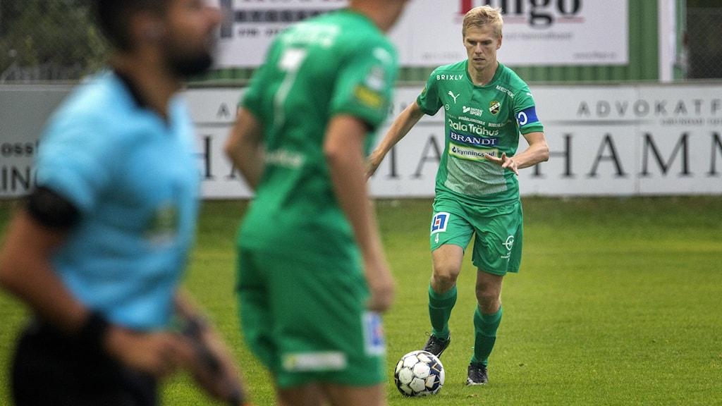 Ljungskile SK-spelaren Erik Lundh driver bollen