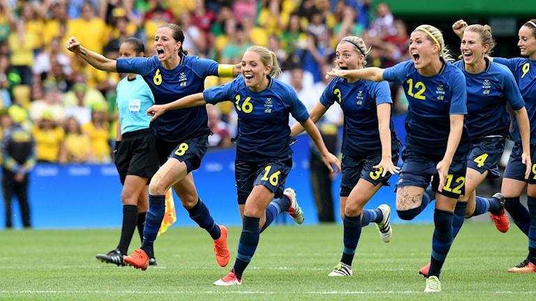 Svenska damlandslaget i fotboll firar vinsten mot Brasilien i OS-semifinalen. Foto: Jonas Ekströmer/TT.