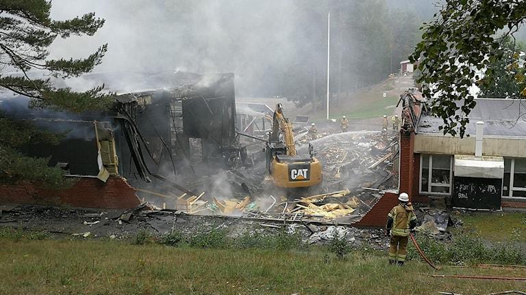 Grävskopa i branden vid Ekhagsskolan.