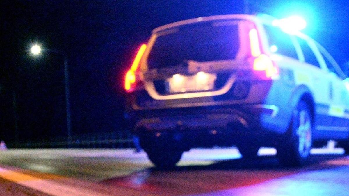 Spikmatta utlagd och en polisbil på snedden över vägbanan.