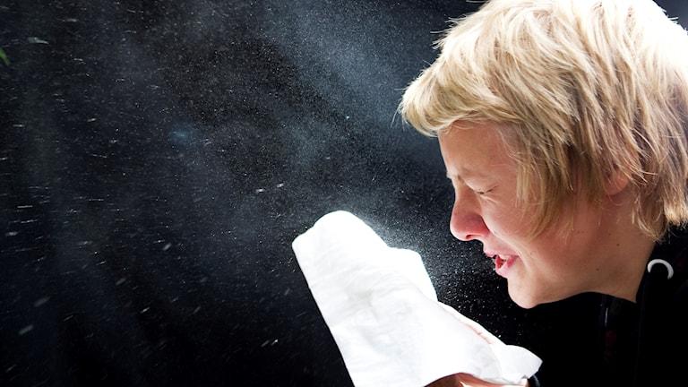 En kvinna nyser. Foto: Kallestad, Gorm