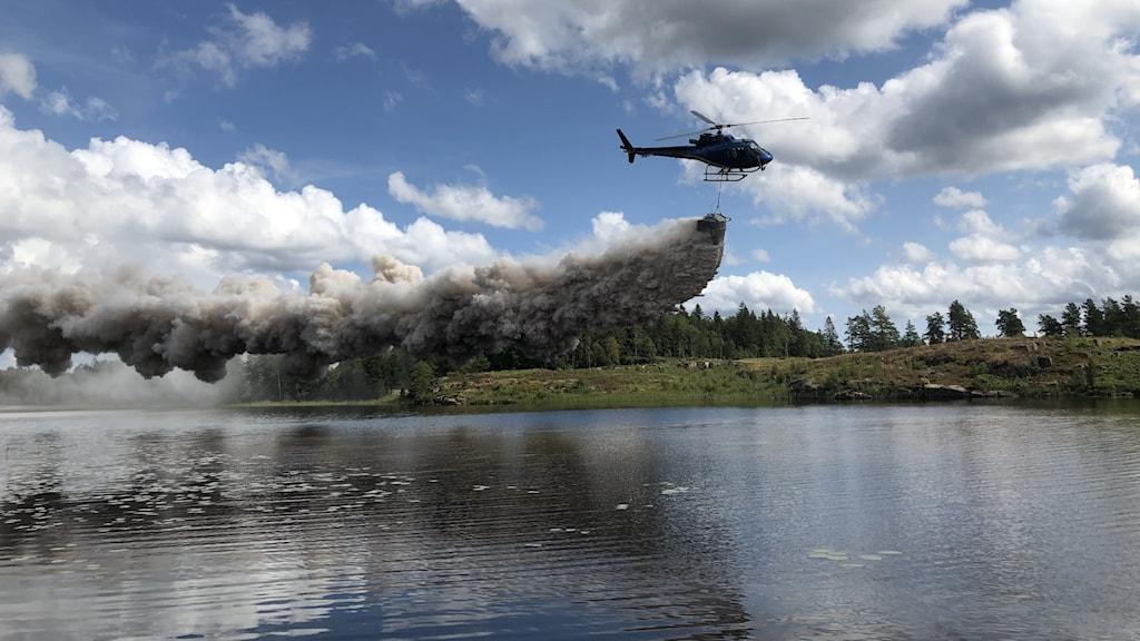 Helikopter som kalkar en sjö i Herrestadsfjället, Uddevalla.