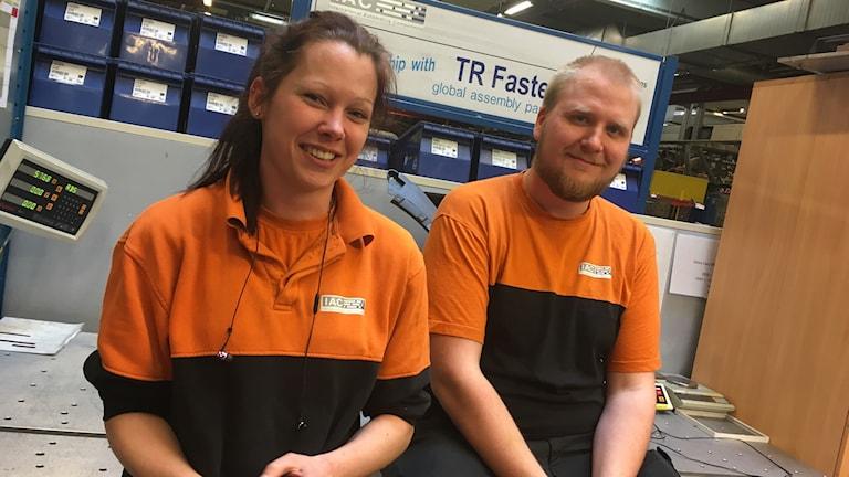 Veronica Gustafsson och Jimmy Andersson trivs som industriarbetare i Färgelanda.