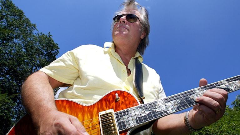 Rolf Roffe Wikström med en gitarr.