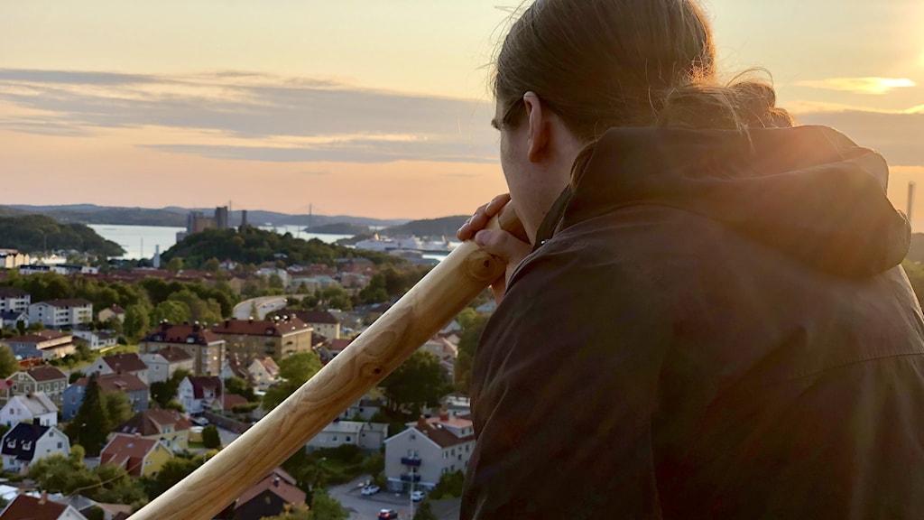 Johannes Fagrell spelar didgeridoo från Sockertoppen i Uddevalla.