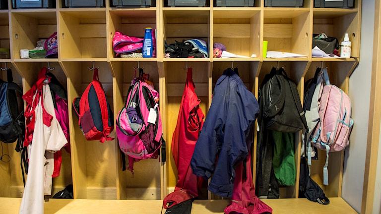 Bild av en jack- och väskhylla i en skola.