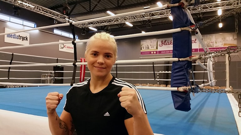 Marianne Ahlborg boxare står utanför ringen i Älvhögsborg