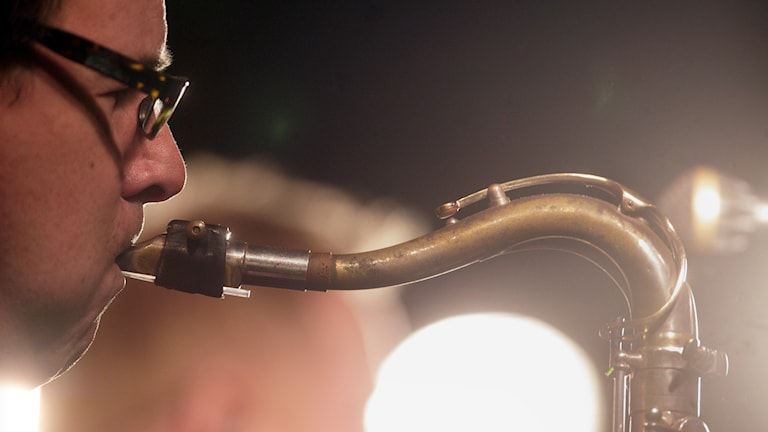 13 jazzföreningar blir av med sitt stöd från Kulturrådet, däribland Trollhättans jazzförening. Här en saxofonist i aktion.