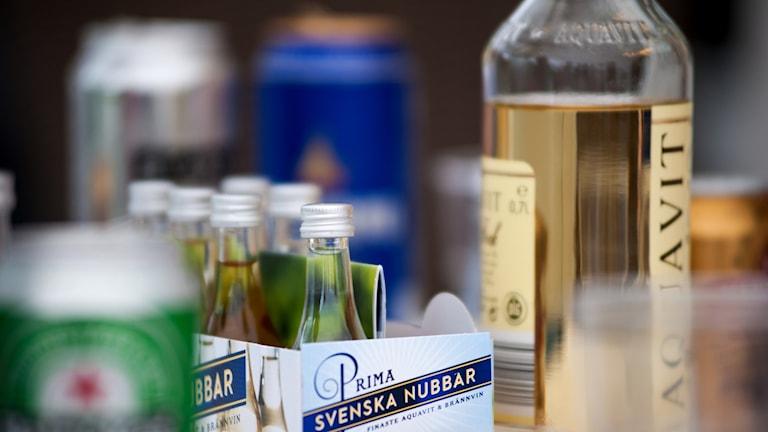 Flaskor och burkar på ett bord