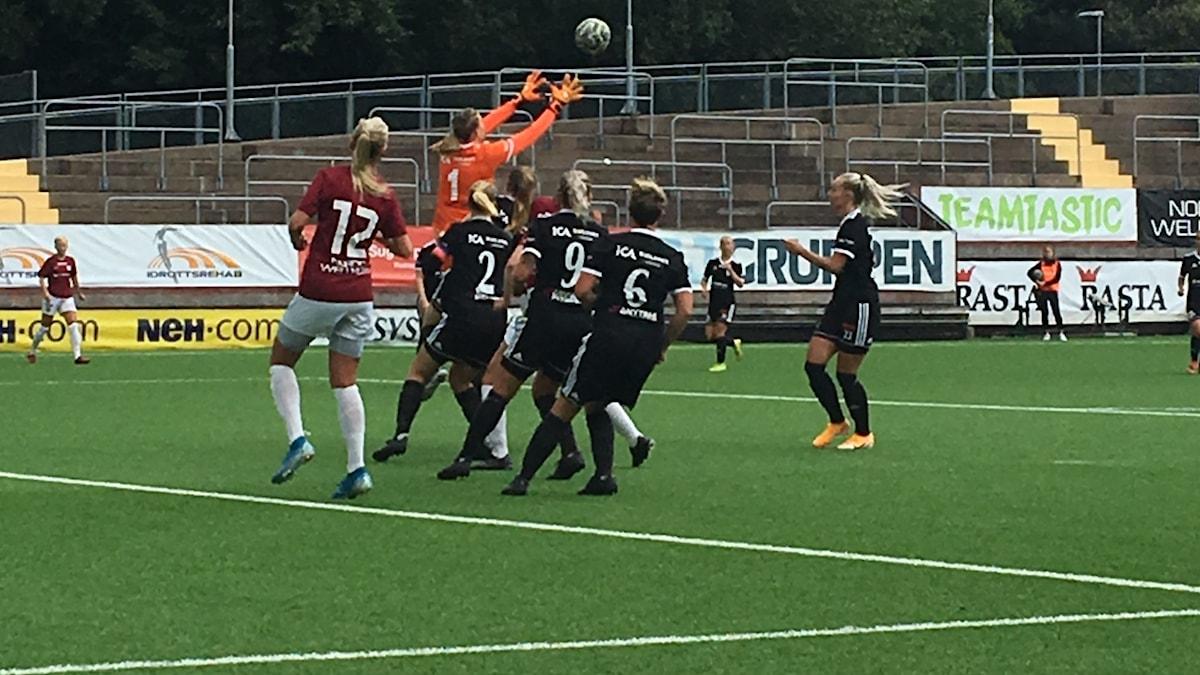 Duell i Lödöse/Nygårds straffområde när LNIK's målvakt Mimmi Carlsbogård tar bollen