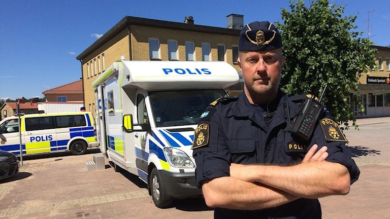 Fredrik Stenbråten framför det mobila kontoret