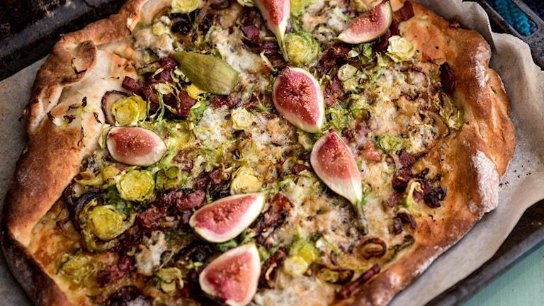 En pizza uppdukad.