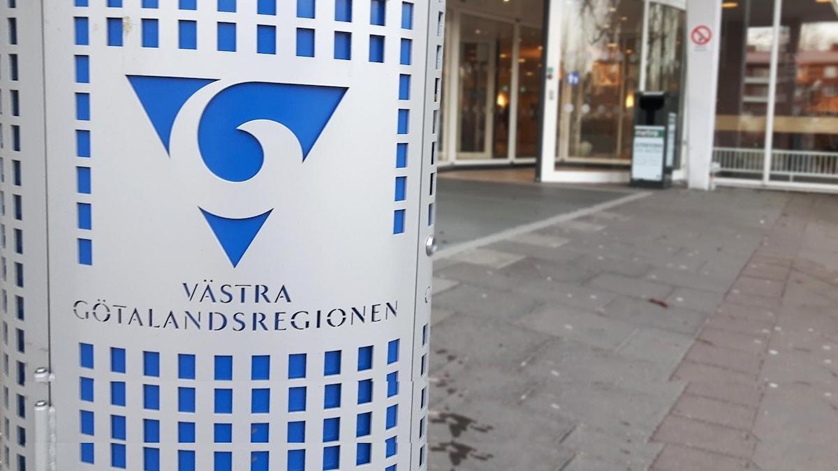 papperskorg med VG-regionens logga på framför huvudingången till Uddevalla sjukhus.