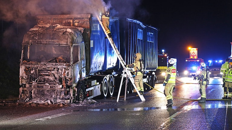 En utbränd lastbil på väg 44.
