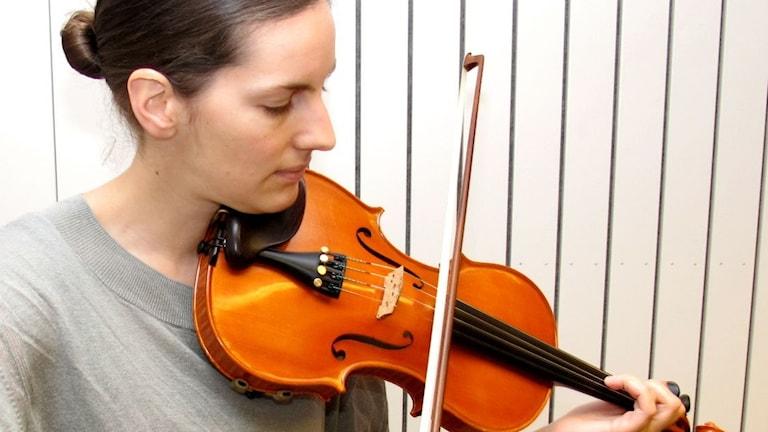 Agnes Casimir Lindholm spelar fiol.