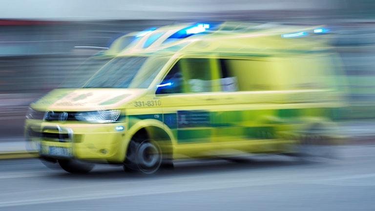 Ambulans i full fart.