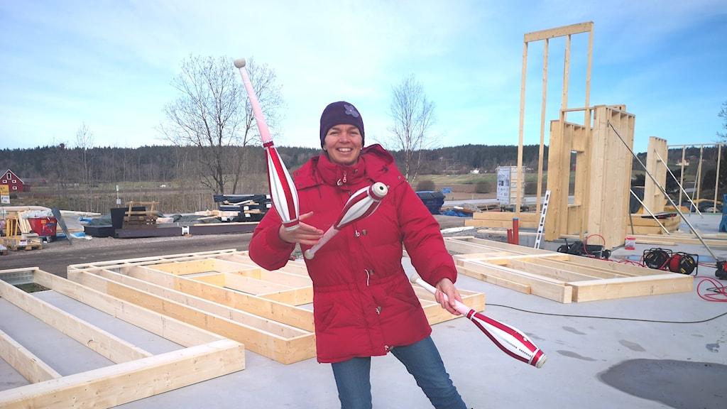 Johanna Abrahamsson, lindansös och en av eldsjälarna bakom Reinos vänner står vid bygget som ska bli Cirkuskvarnen, med jongleringskäglor i handen