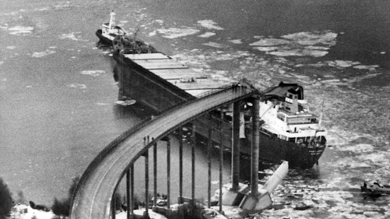 Fartyget Star Clipper kör in i Almöbron mellan Tjörn och fastlandet på natten den 18 januari