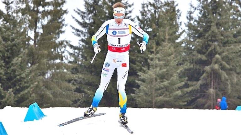 viktor Thorn kommer åkades på skidor mot kameran i den vita landslagsdessen. Foto: Privat