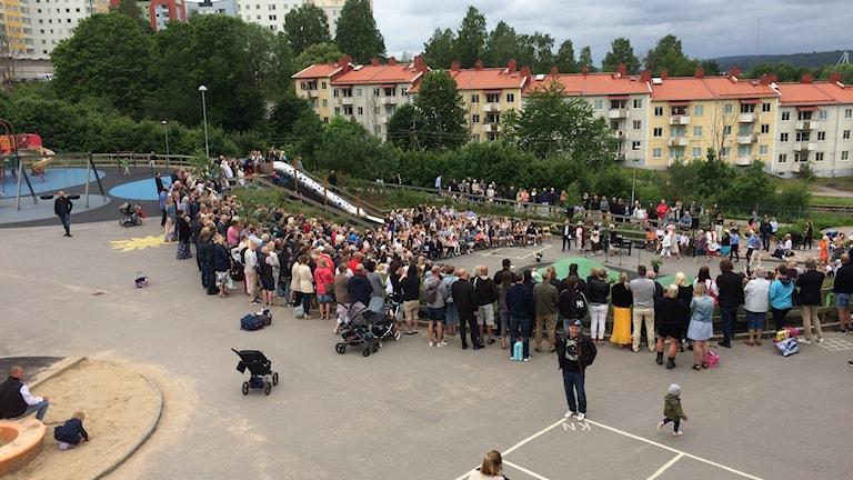 Skolgården på Sommarhemsskolan var full av barn, föräldrar och skolpersonal under avslutningsdagen.