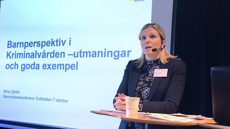 Stina Sjödin, kvalificerad handläggare med ansvar för barnrättsfrågor på Kriminalvården