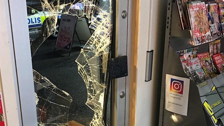 Krossad glasruta i entrédörr till bensinmack.
