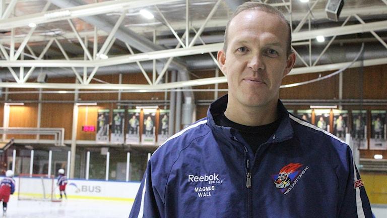 Magnus Wall står framför hockey-isen