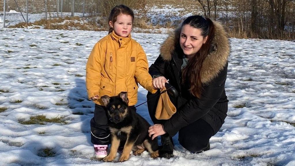 Tanja tillsammans med sitt barn och sin hund