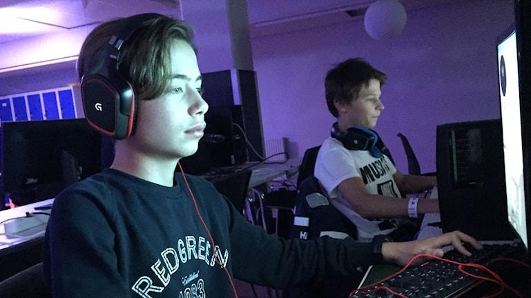 Elias Karlsson spelar Cs Go tillsammans med en kompis.