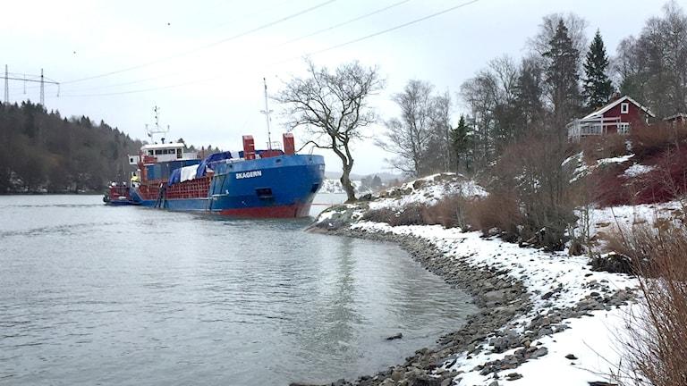 Fartyget Skagern på grund i Göta älv utanför Trollhättan