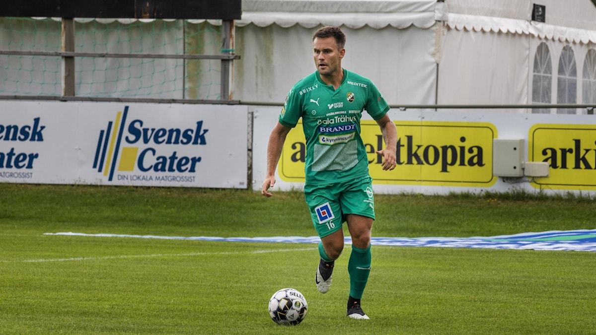 Ljungskile-spelaren Johannes Vall driver bollen