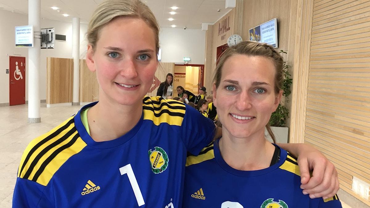 Handbollsspelarna Johanna Bundsen och Elin Enhörning håller armen om varandra.