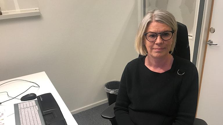 Carina Gustavsson, arbetsförmedlare i Munkedal, på plats vid skrivbordet.