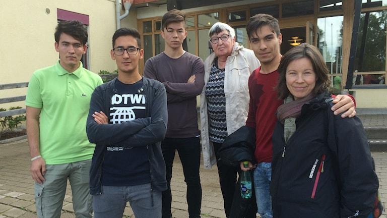 Fyra unga män och två äldre kvinnor