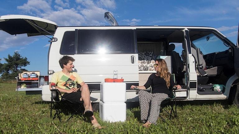 Jacob och Frida Ode utanför sin hemmafixade husbil. Foto: Privat.