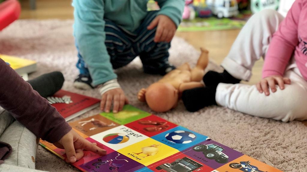 Barn leker med bok