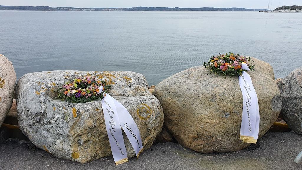 Kransar till minne av dom döda i fartygskatastrofen, Scandinavian Star