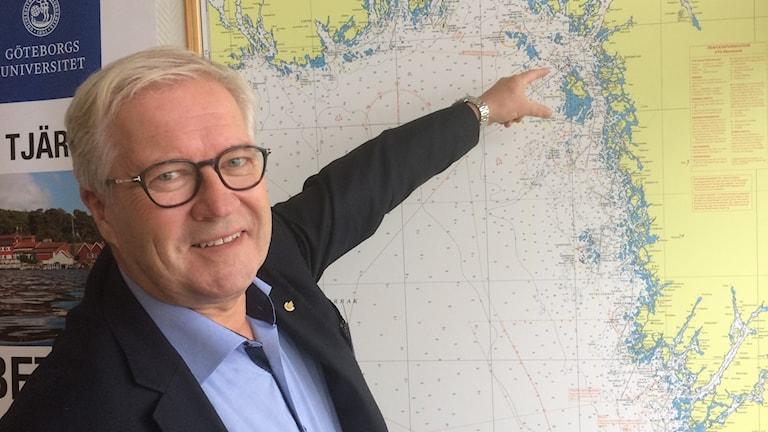 Helge Otto Mathisen, koncernchef vid Color Line visar på kartan var den nya hybridfärjan ska gå.