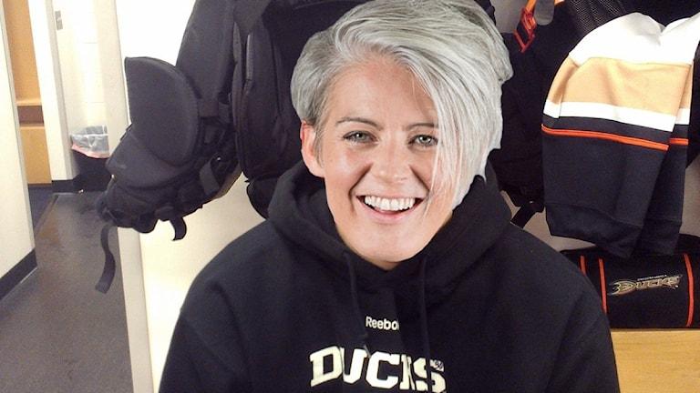 Bild på Framåt Fredags Therese McDonalds ansikte som täcker en känd svensk.