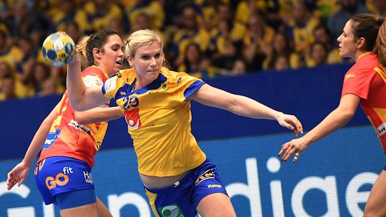 Sveriges Jenny Alm gör 20-14 i söndagens match i grupp A mellan Sverige och Spanien under handbolls-EM på Hovet i Stockholm.