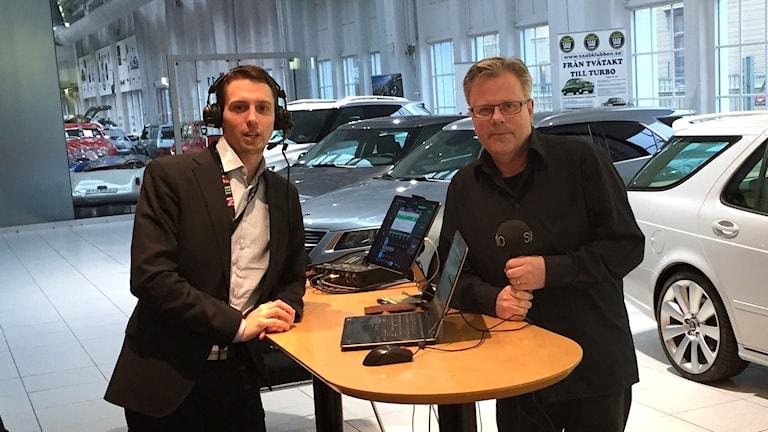 Programledarna Victor Jensen och Lasse Sergård på Saabmuseet i Trollhättan.